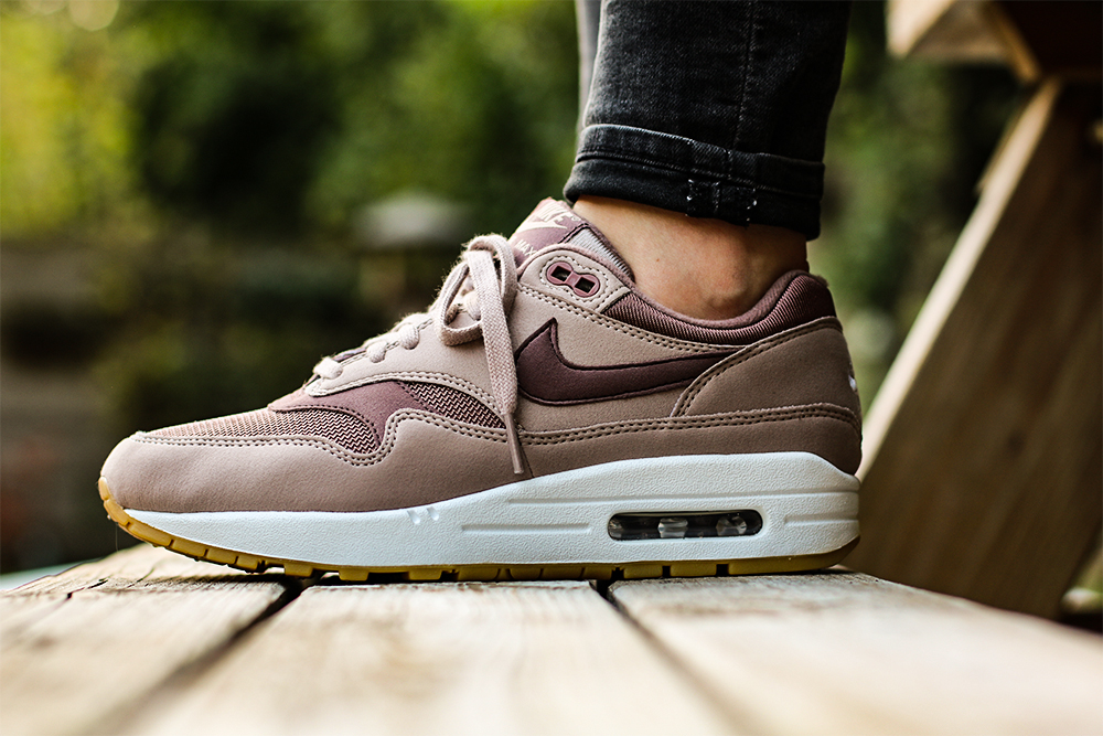 https://static.sneakerjagers.com/news/nl/2017/11/Blog-am1diffused-taupe-4.jpg