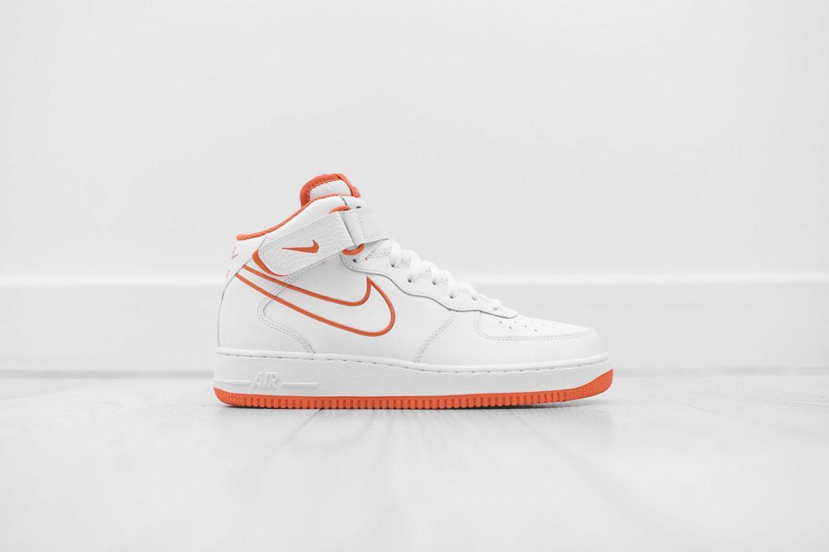 De Nike Air Force 1 Mid met oranje details | Sneakerjagers