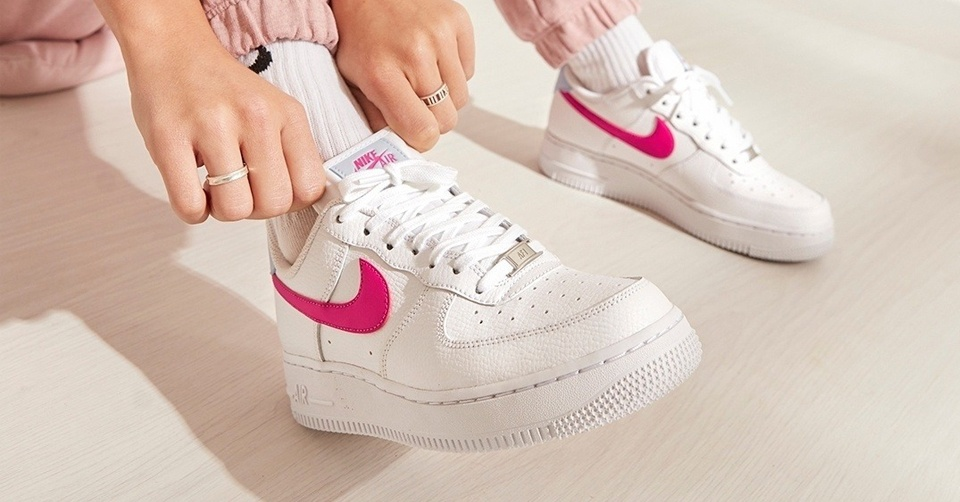 De nieuwste Nike Air Force 1 '07 White/Fire Pink is ...