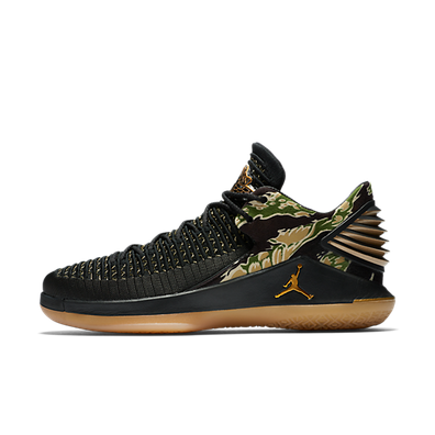 "Jordan Air Jordan XXXII Low ""Black/Metallic Gold"" productafbeelding"