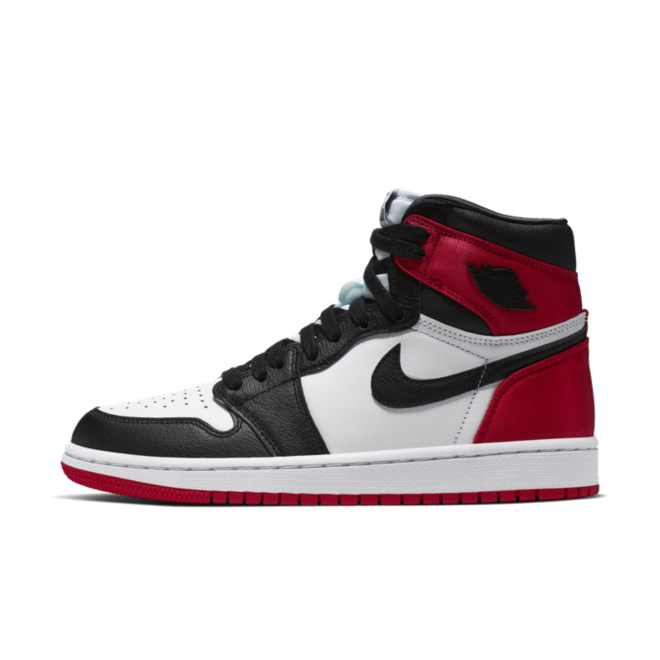 Air Jordan 1 Satin 'Black Toe' zijaanzicht