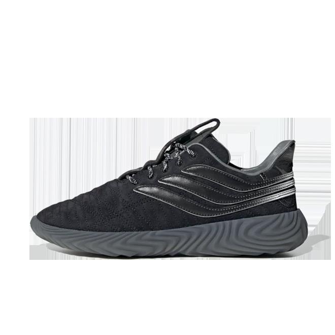 Stormzy x adidas Sobakov 'Black' zijaanzicht