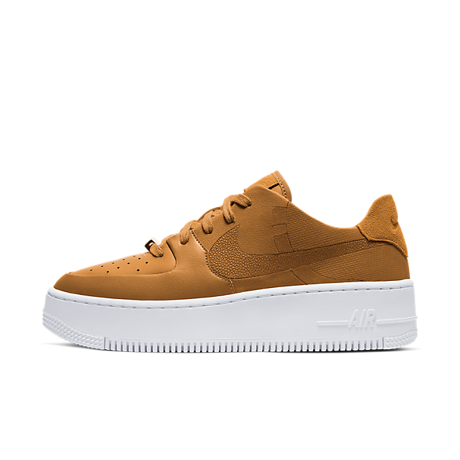 "Nike WMNS Air Force 1 Sage Low LX ""Wheat"" zijaanzicht"