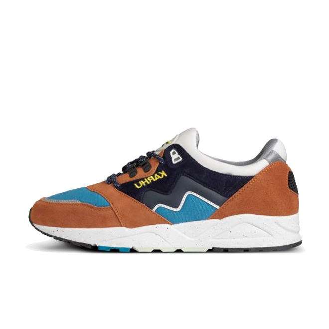 Karhu Aria 'Leather Brown' zijaanzicht