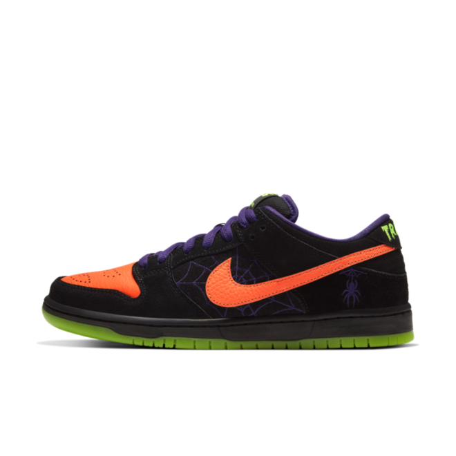 Nike SB Dunk Low 'Night of Mischief' zijaanzicht
