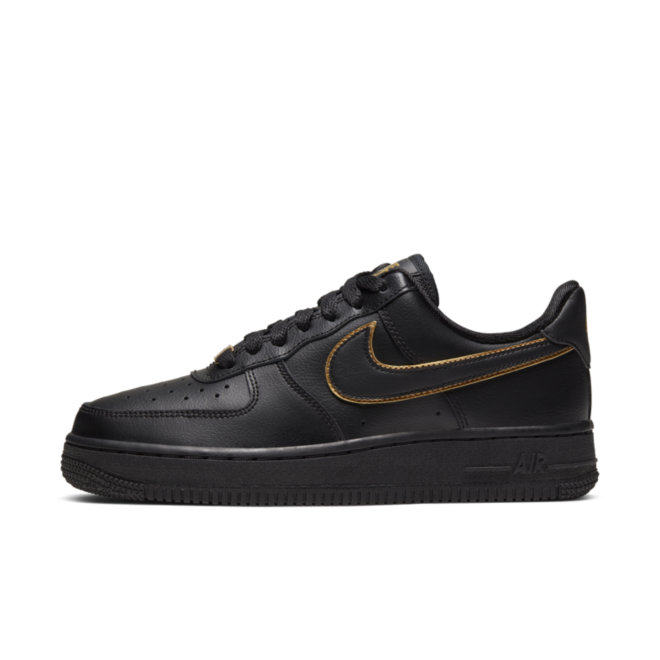 Nike WMNS Air Force 1 '07  'Black' Gold Swoosh Pack zijaanzicht