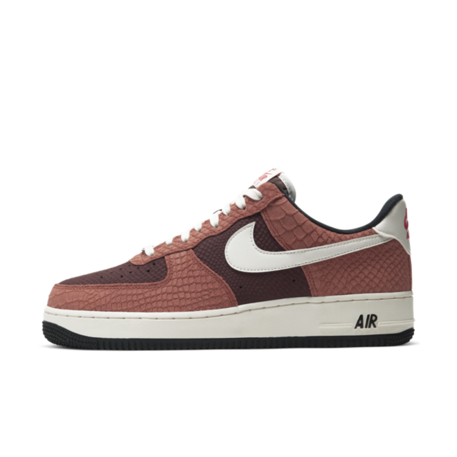 Nike Air Force 1 PRM 'Red Bark' zijaanzicht