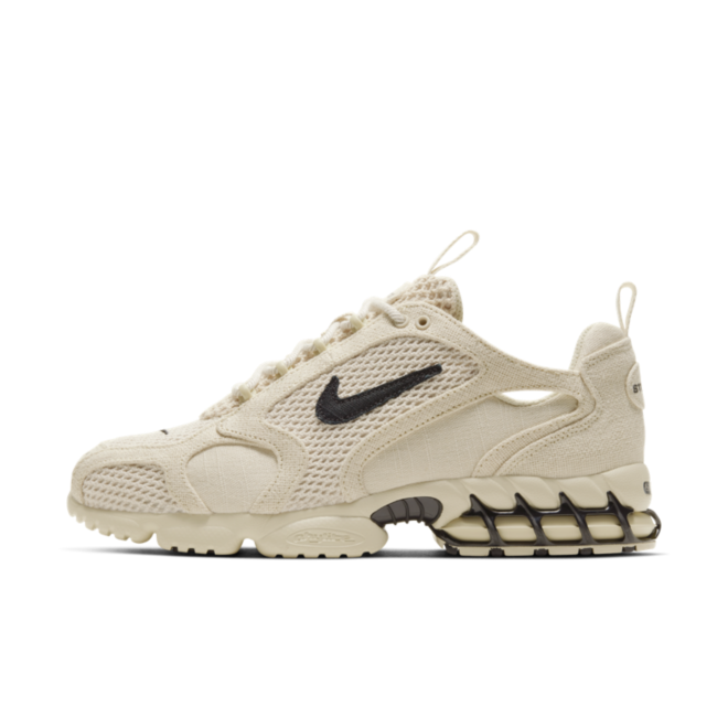 Stussy X Nike Air Zoom Spiridon Cage 'Fossil' - SNKRS DAY Exclusive Access zijaanzicht
