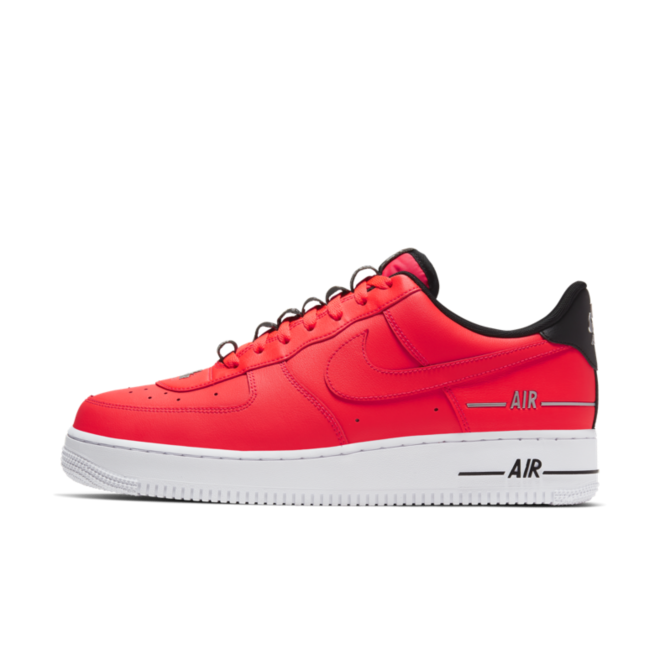 Nike Air Force 1 '07 LV8 'Red' zijaanzicht