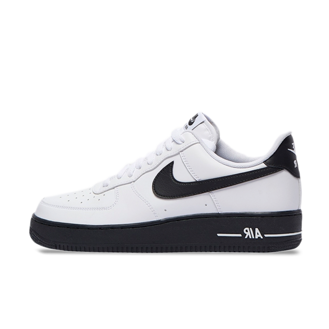 Nike Air Force 1 'Black' zijaanzicht