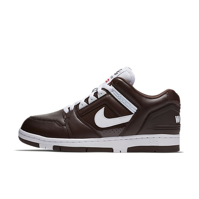 "Nike SB x Supreme Air Force 2 Low ""Brown"" zijaanzicht"