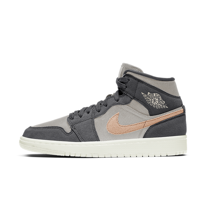 Air Jordan 1 Mid Wmns 'Smoke Grey' zijaanzicht