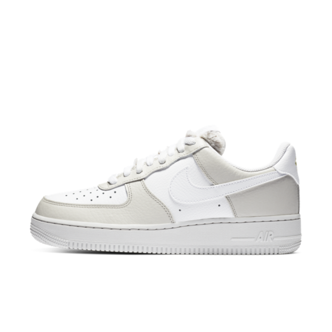 Nike Air Force 1 '07 'Light Bone' zijaanzicht