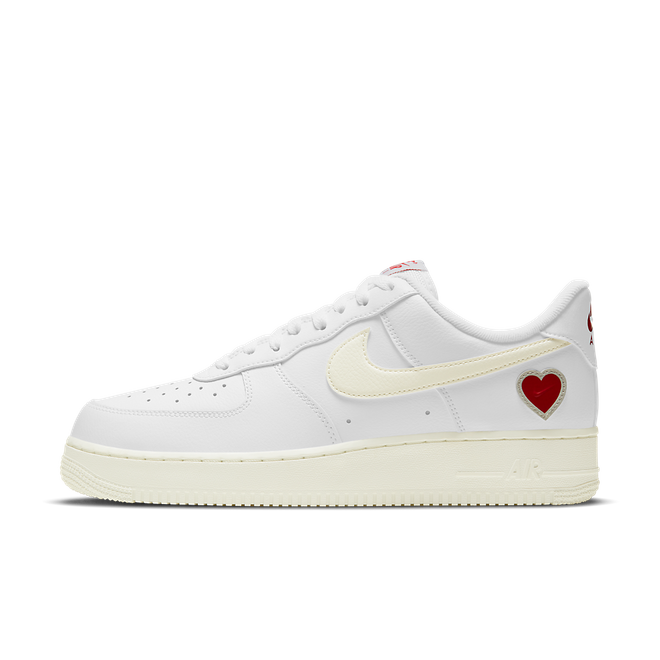 Nike Air Force 1 Low 'Valentine's Day' zijaanzicht