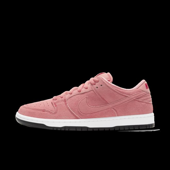 Nike SB Dunk Low 'Pink Pig' zijaanzicht