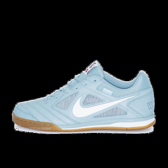 Supreme x Nike SB Gato 'Light Armory Blue' zijaanzicht
