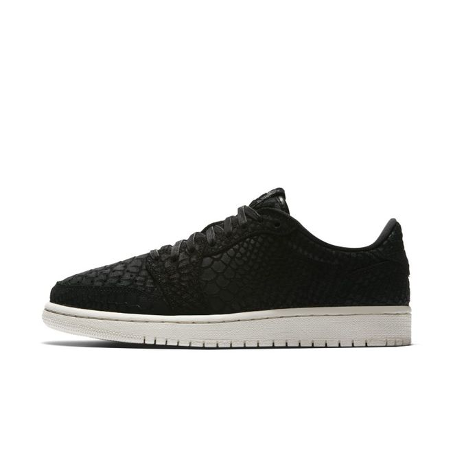 Air Jordan 1 Retro Low No Swoosh NRG  zijaanzicht