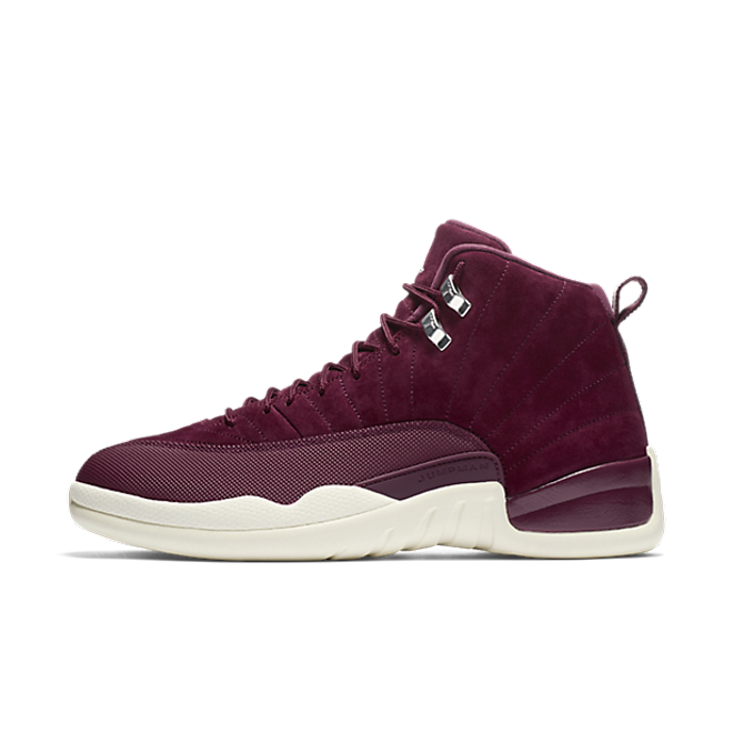 "Air Jordan 12 Retro ""Bordeaux"" zijaanzicht"