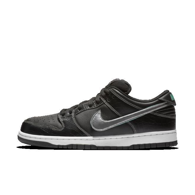 Diamond Supply Co. X Nike SB Dunk Low 'Black' zijaanzicht