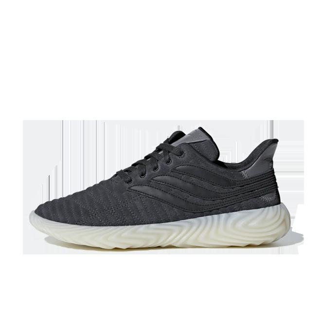adidas Sobakov 'Carbon' zijaanzicht