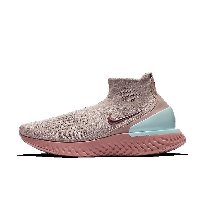 Nike Rise React Flyknit 'Smoke Mauve' zijaanzicht